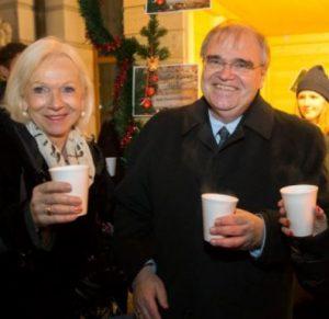 Gertrude Brinek und Justizminister Wolfgang Brandstetter beim Weihnachtspunsch