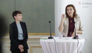Justizministerin Alma Zadic und Sigi Maurer (Klubchefin der österreichischen Grünen ) präsentieren das Gesetz gegen Hass im Netz.